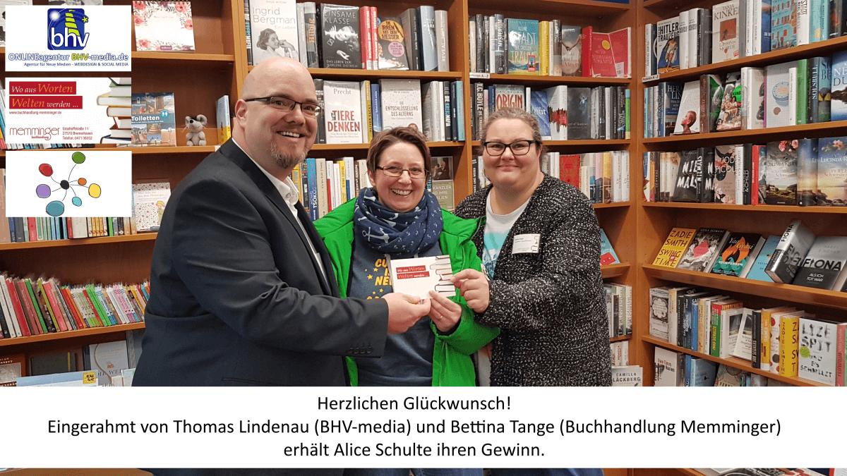 Gutscheinübergabe an die Gewinnerin Frau Schulte.
